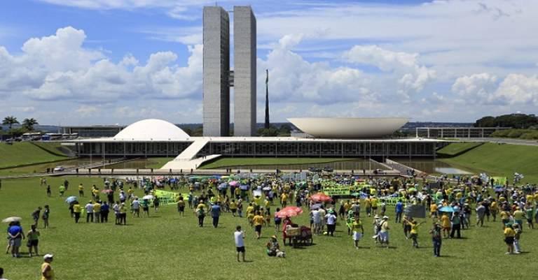 Algumas centenas de pessoas em ato minúsculo da direita em frente ao Congresso Nacional