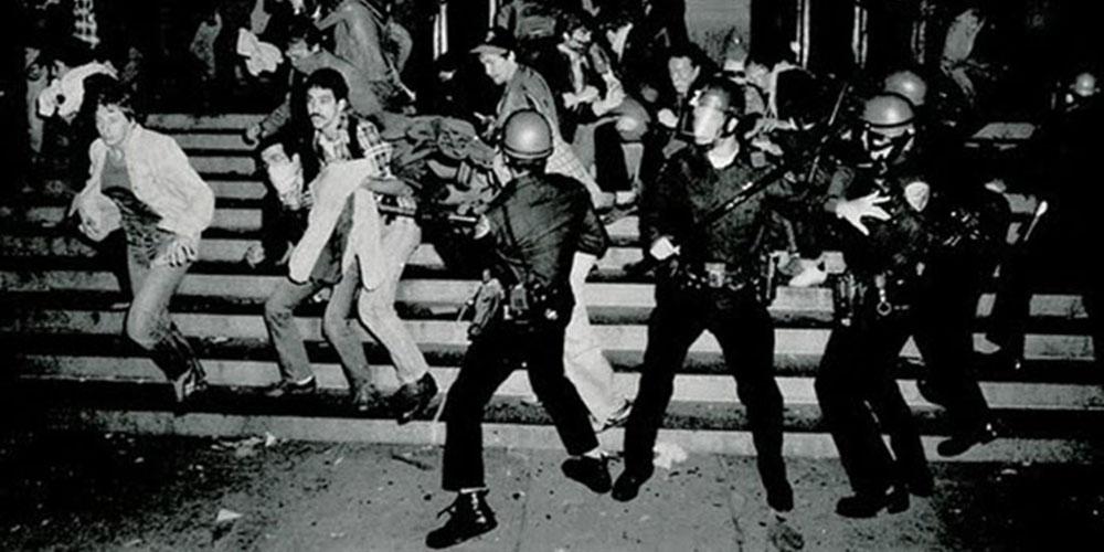 Imagem de LGBTs sendo reprimidos pela polícia em Stonewall