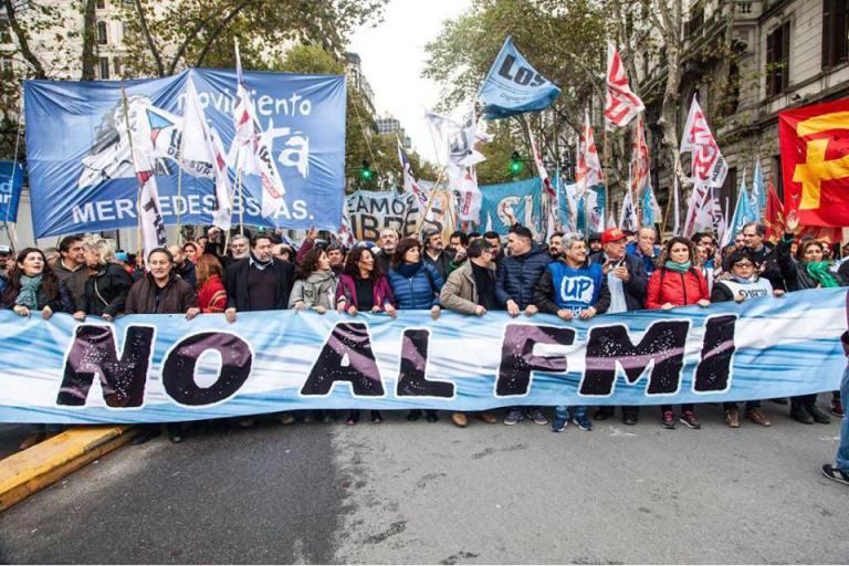 """Manifestação na Argentina contra o FMI. Uma faixa principal na frente onde lê-se: """"No al FMI"""""""