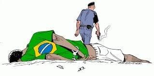 Em primeiro plano, menino negro alvejado está deitado no chão, policial de costas se afasta com a arma na mão.