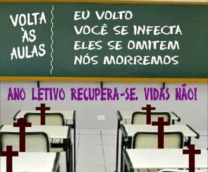 """Imagem de uma sala de aula. Na lousa lê-se """"Volta às aulas - Eu volto, você se infecta, eles se omitem, nós morremos"""". Abaixo da lousa: """"Ano letivo recupera-se, vidas não!"""" e nas cadeiras, desenhos de cruzes."""