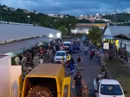 Fotografia com dezenas de trabalhadores na entrada da Regap.